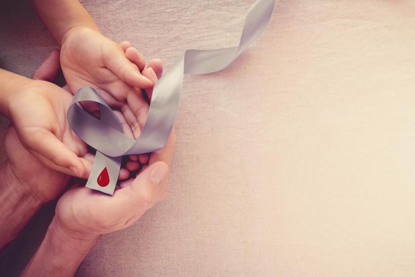 Сахарный диабет у ребенка - символ диабета и капля крови и ладони