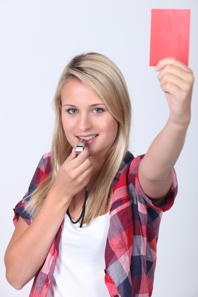 Красная карточка в руках у подростка