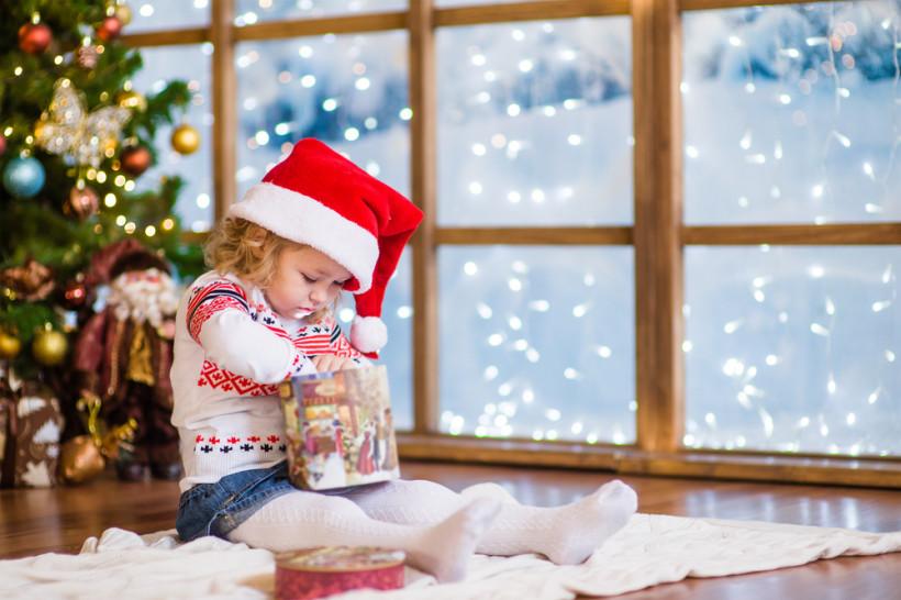 ребенок подарок под елкой