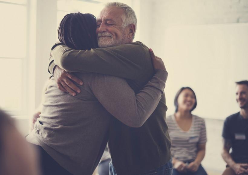 Старики обнимаются