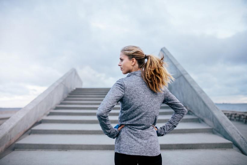 Женщина перед лестницей - работа со страхом провала