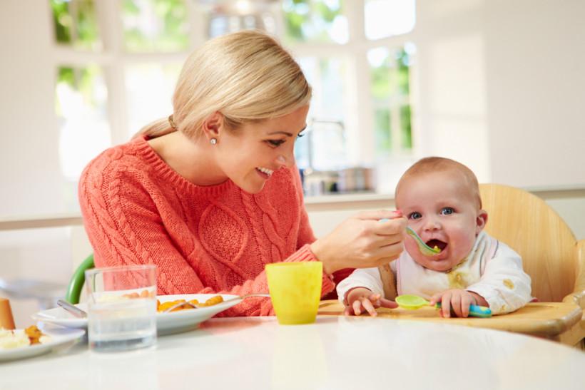 мама годує малюка