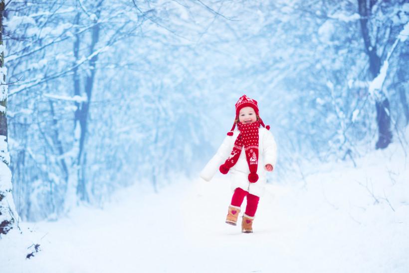 Прогулка по морозному заснеженному лесу