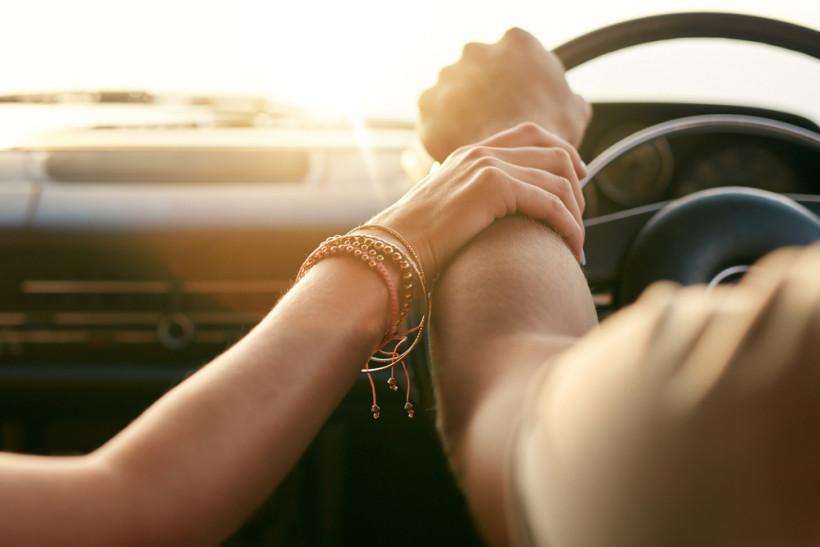 Руки влюбленной пары