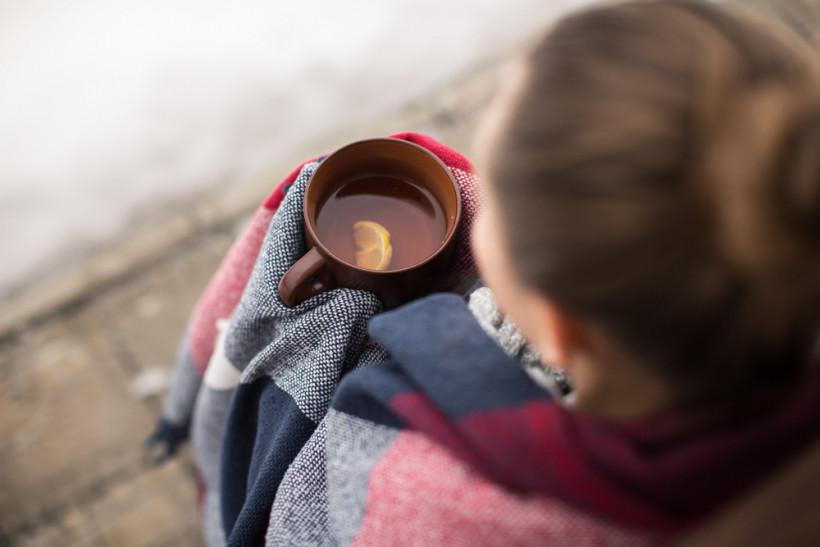 Женщина пьет чай зимой