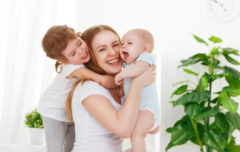 Мама и дети - обнимашки и любовь