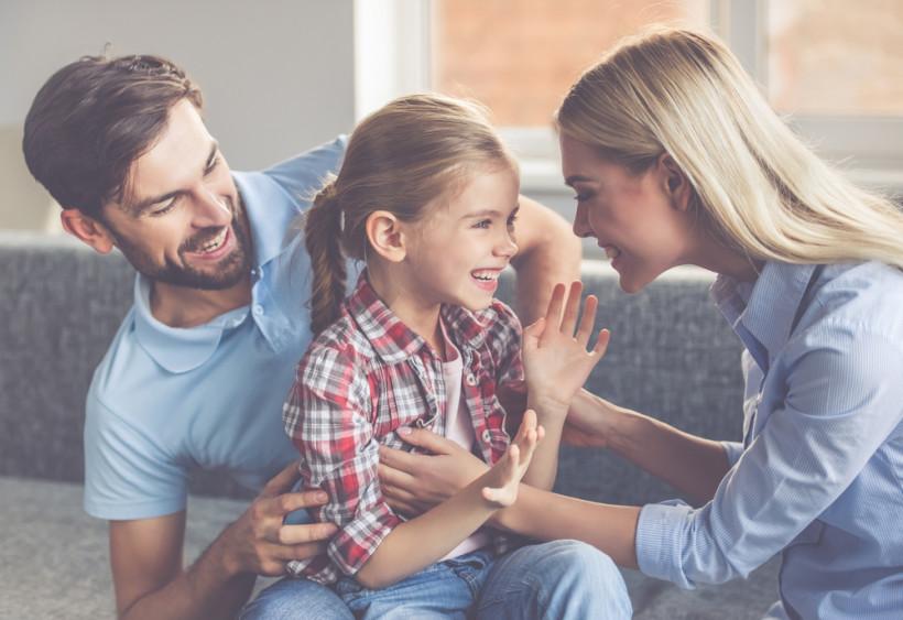 семья обнимается