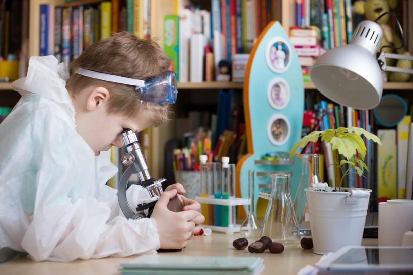 ребенок смотрит в микроскоп