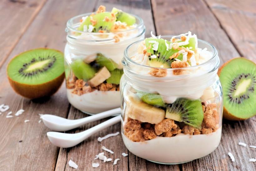 Десерт с гранолой и бананом