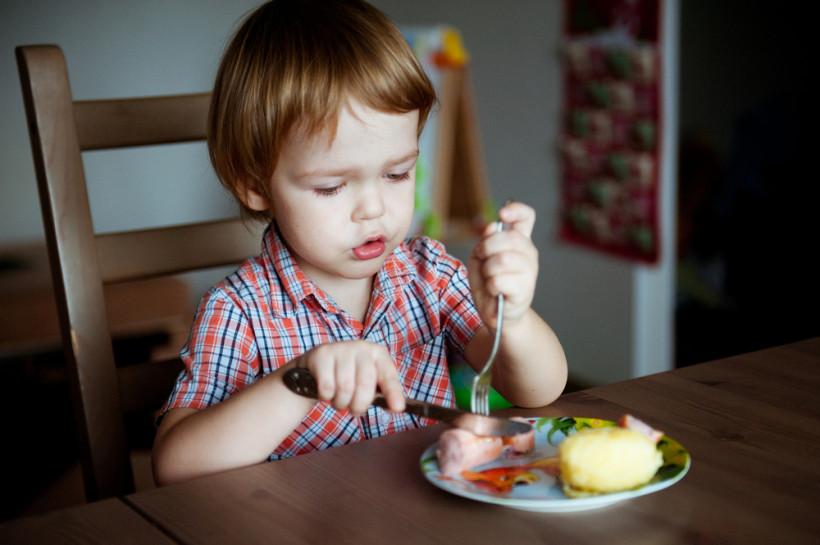 малюк їсть