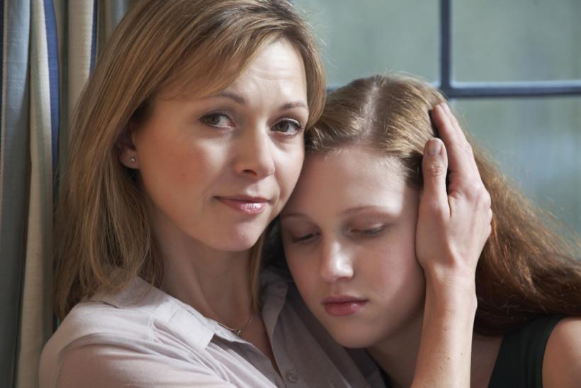 Мама и дочь в слезах