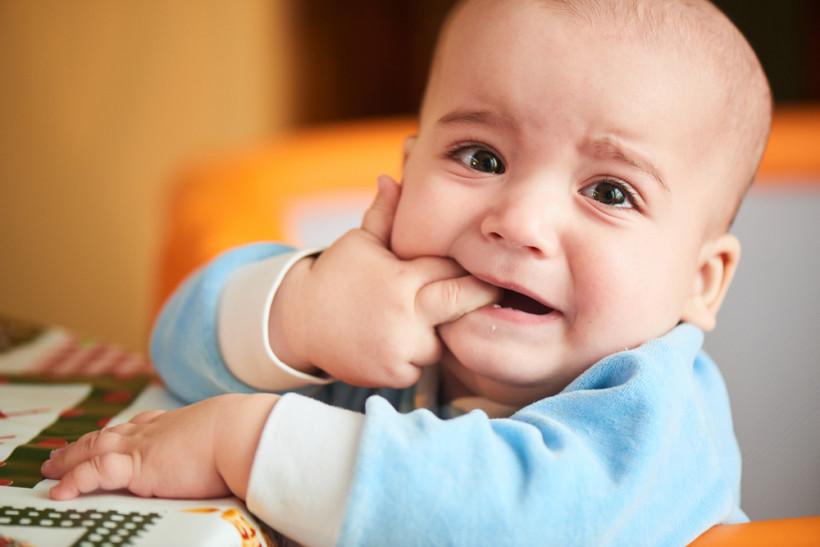 Малыш с пальчиками во рту - прорезывание зубов