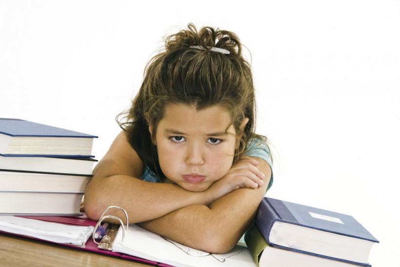 Девочка устала - делает домашнее задание