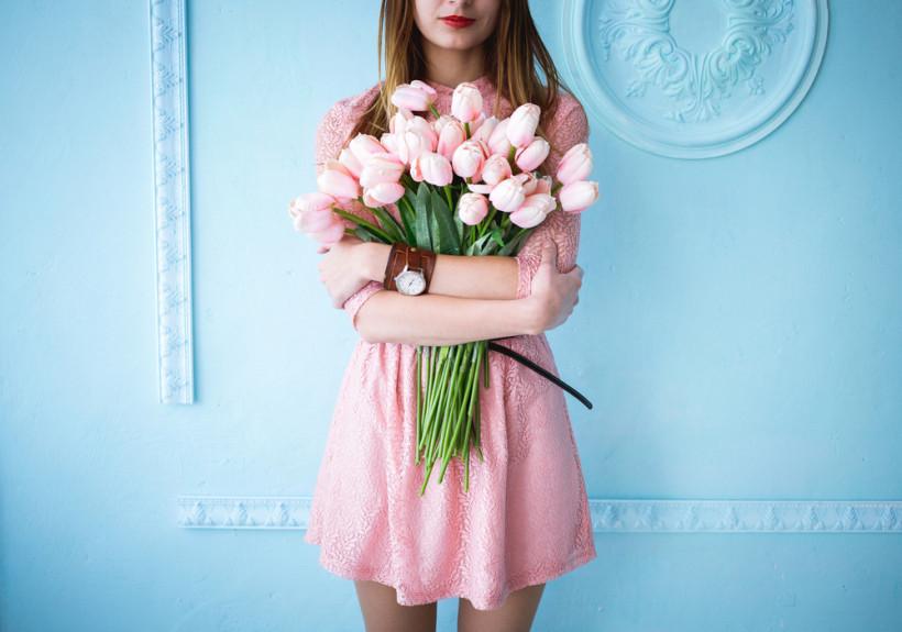 жінка із квітами