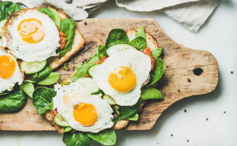 Жаренные тосты с яйцом и зеленью