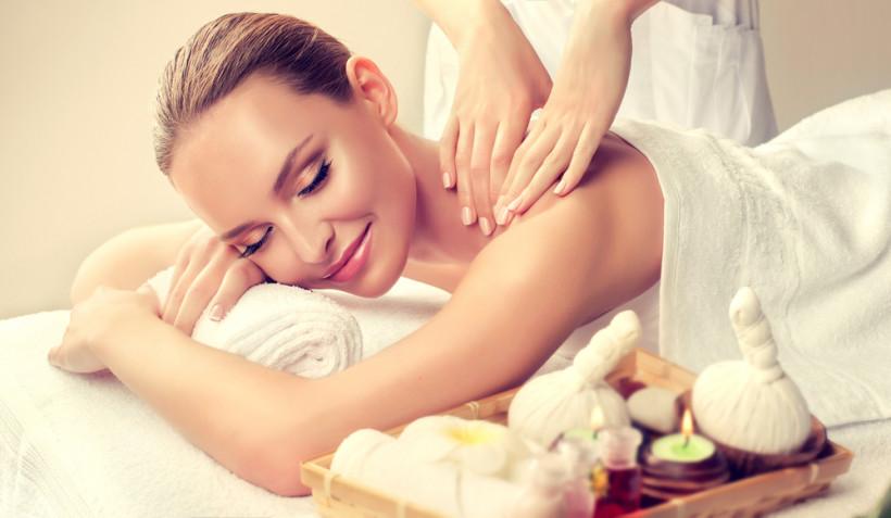 жінка масаж
