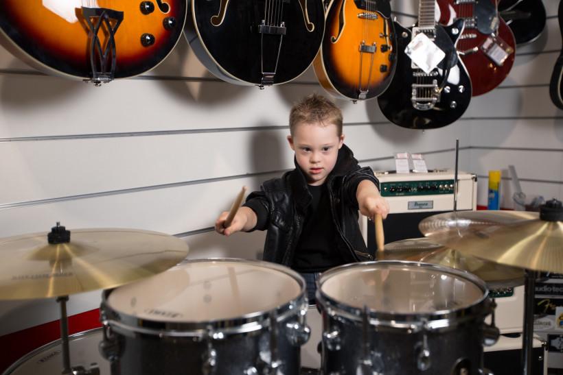 Глеб - мальчик с синдромом Дауна играет на барабанах