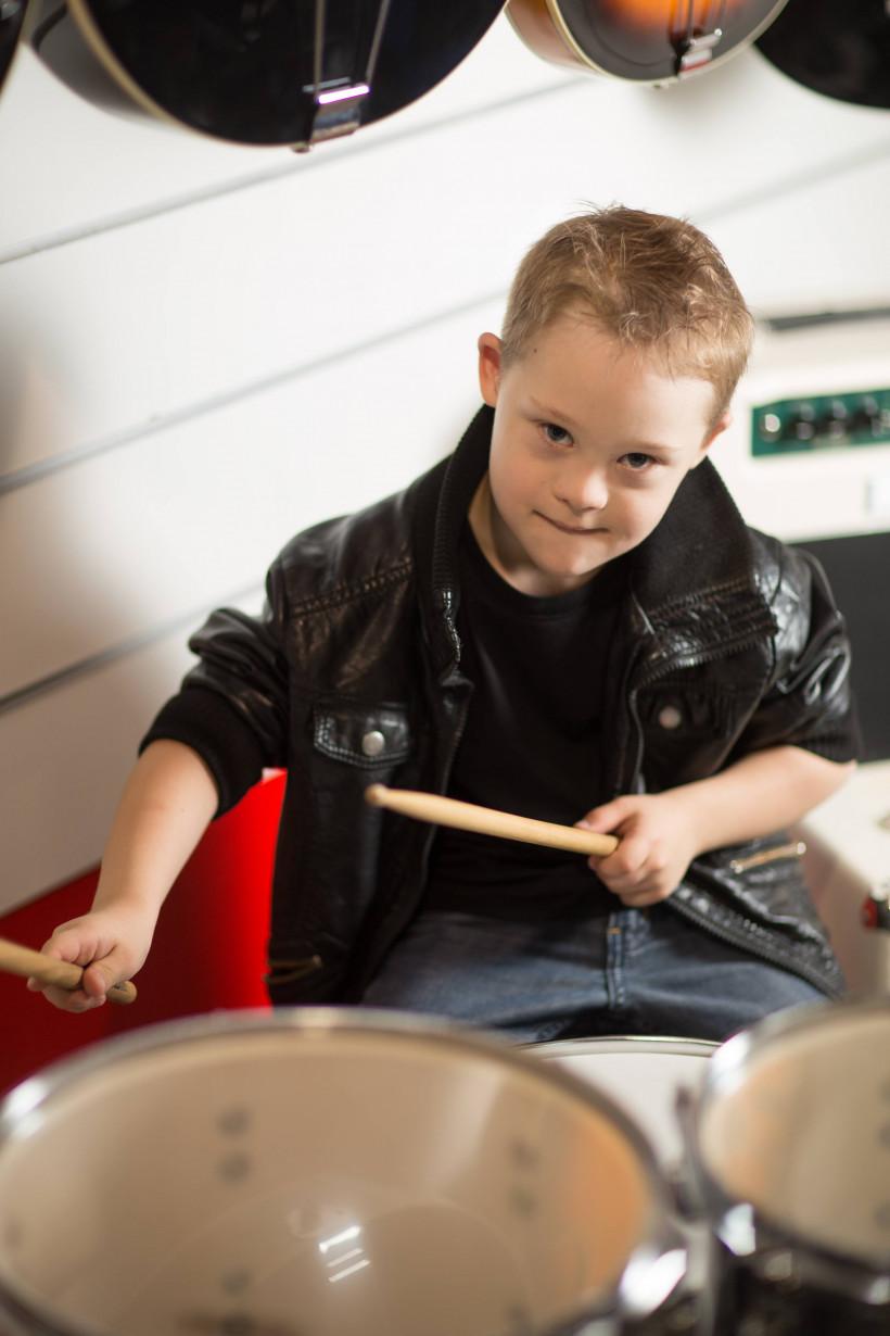 Глеб играет на барабанах - мальчик с синдромом Дауна