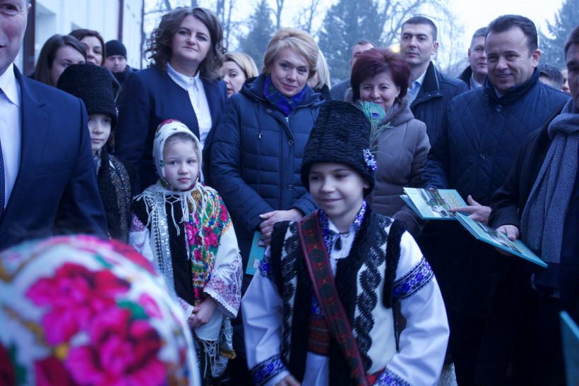 Министр образования в окружении детей и взрослых