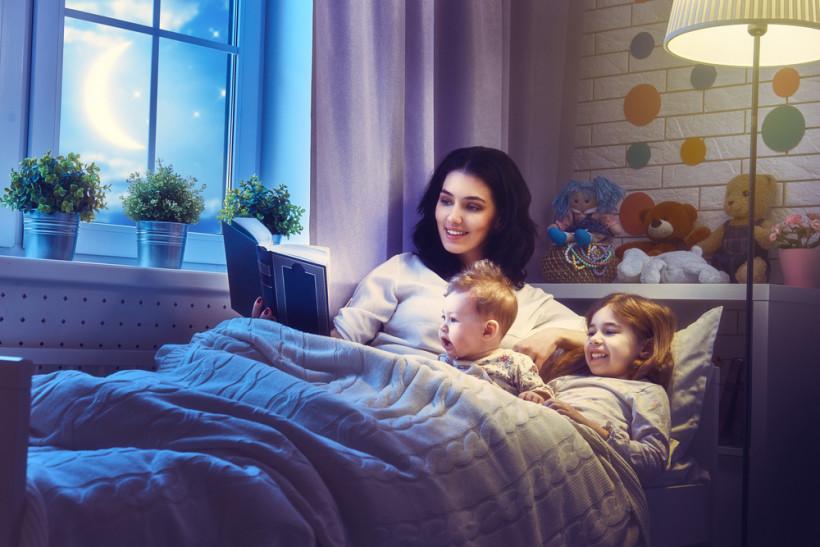 мама читає казку