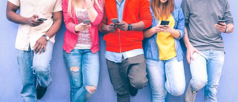 Подростки в яркой одежде