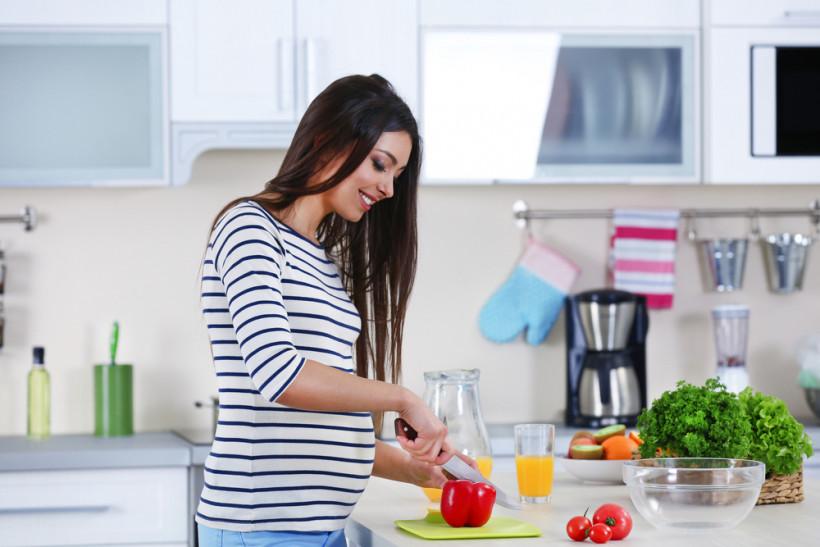 беременная  готовит еду