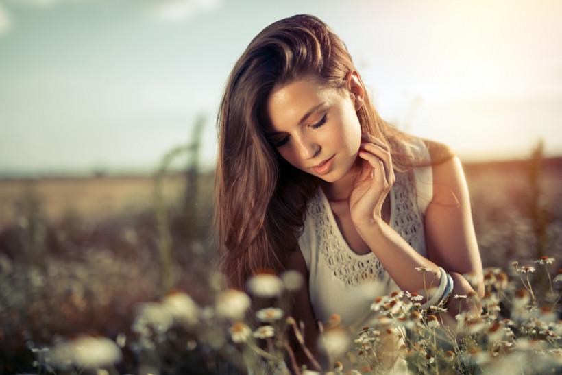 красивая женщина весной