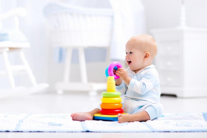 малыш играет