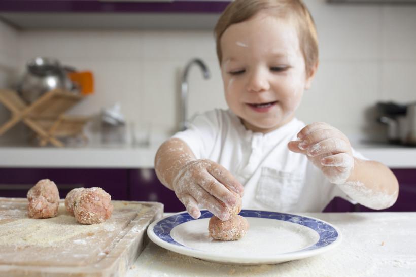 ребенок готовит фрикадельки