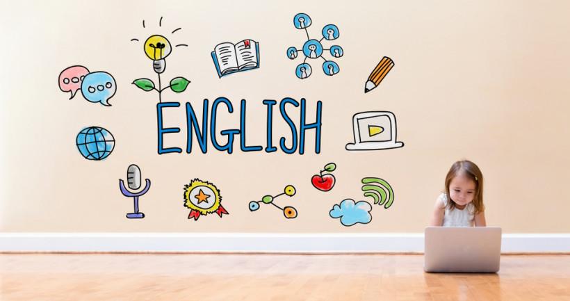 ребенок учит английский