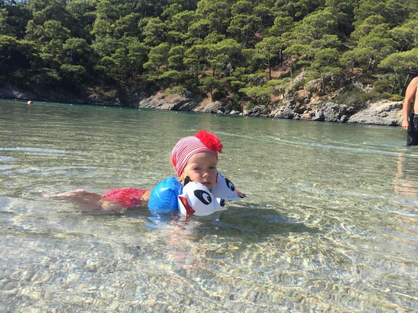 Девочка купается в море на острове Европы