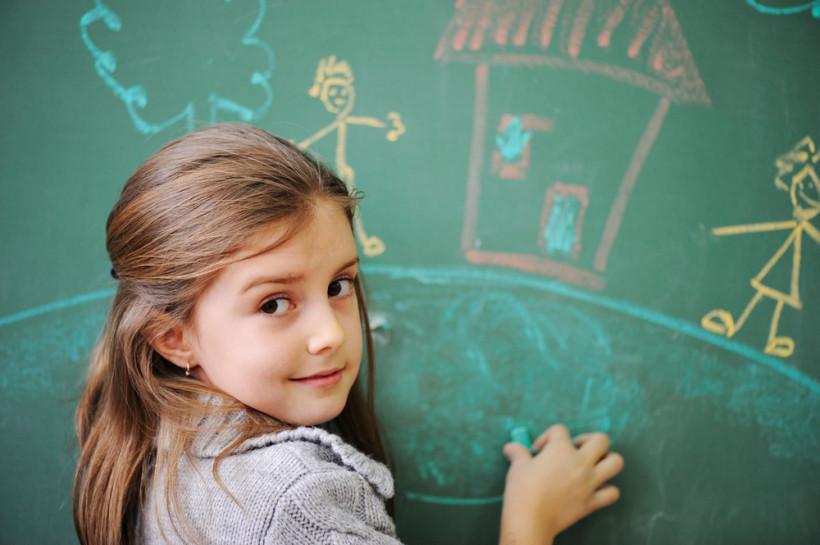 Девочка у школьной доски - учится в школе