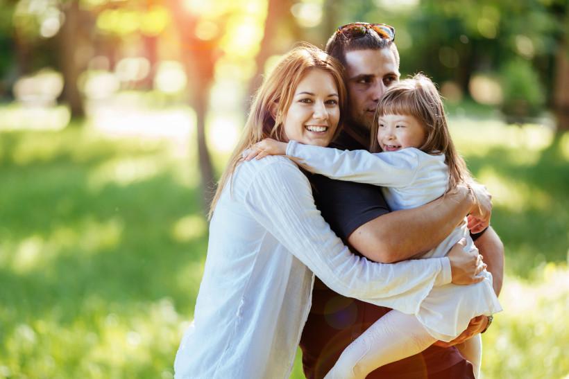 Счастливая семья с дочкой