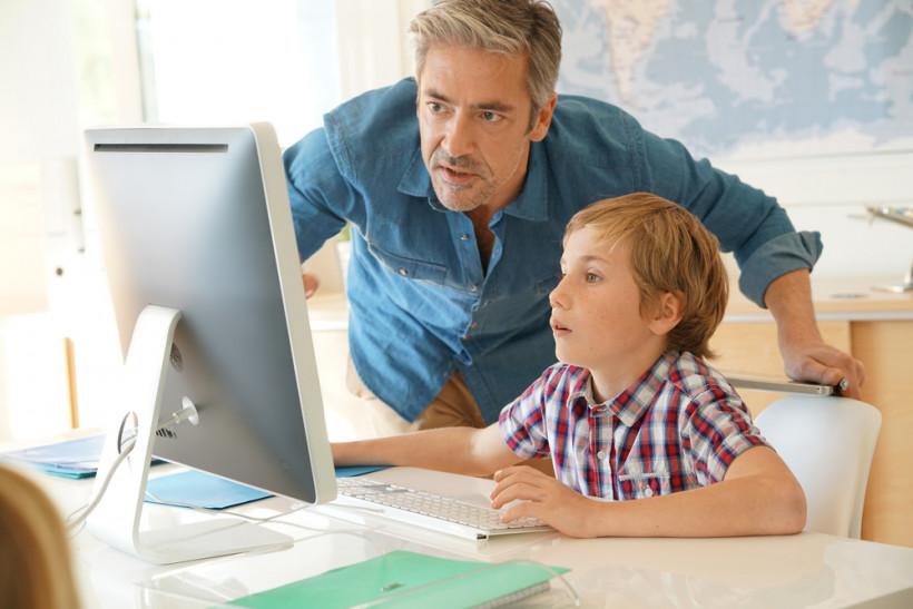 Тьютор с учеником за компьютором