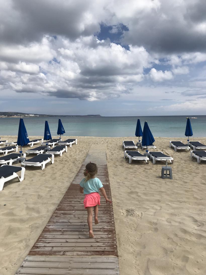 Девочка бежит к морю  - островная Европа