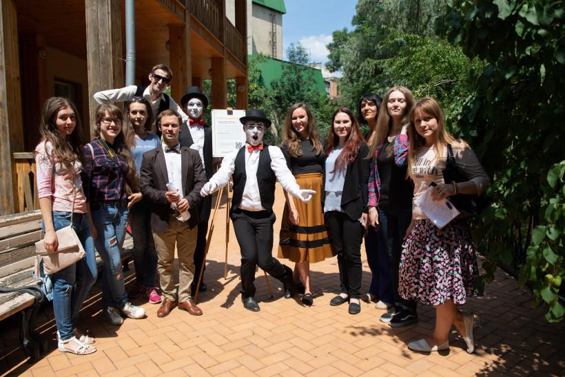 Освитория, мимы и пресса на открытии дощечек учителям известных украинцев