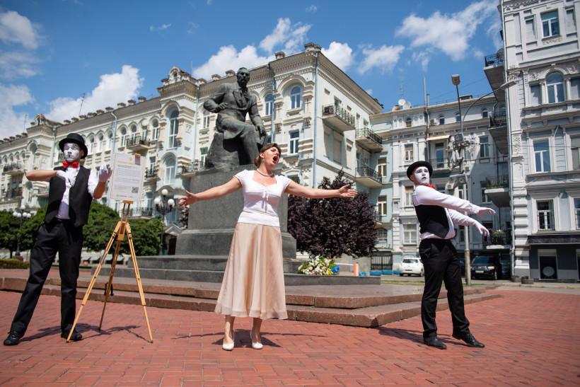 Лысенко возле Оперного театра в Киеве