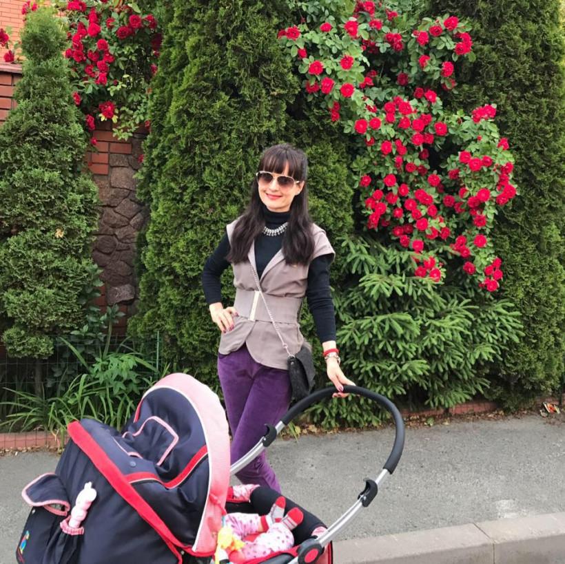 Оксана Тодорова на прогулке с ребенком