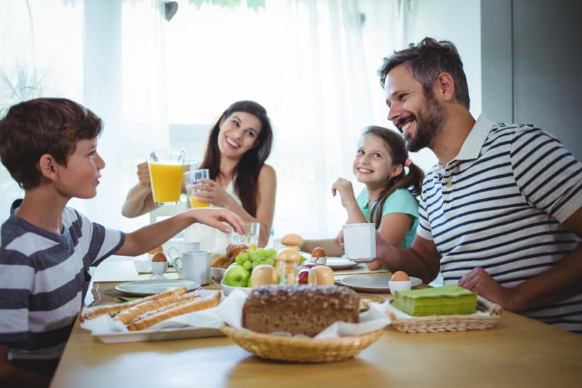 семья завтрак