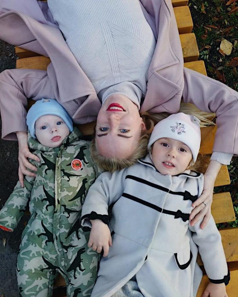 Елена Стронг  с детьми