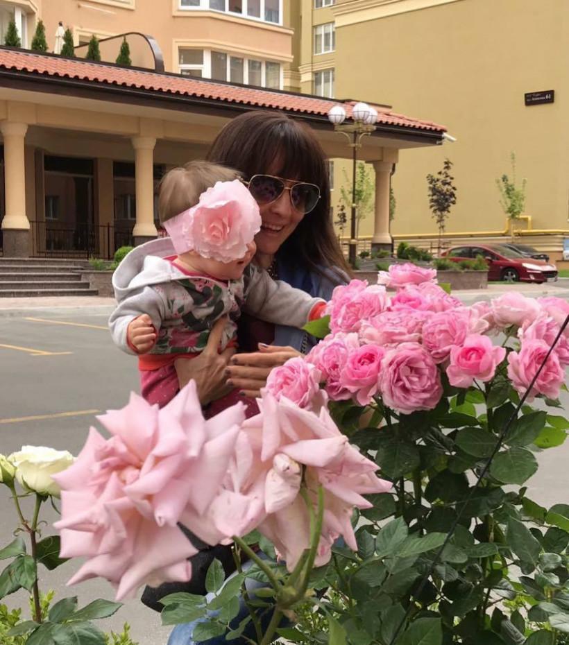 Тодорова с дочкой и цветами