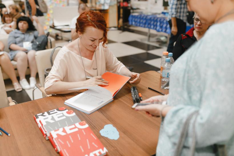 Таня Стус на автограф-сессии в Эдкамп