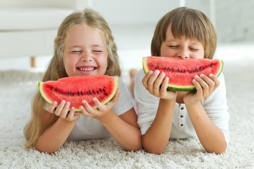 дети едят арбуз
