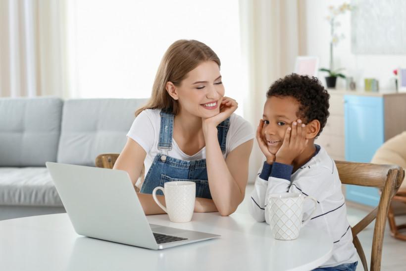 Мама и сын разговаривают о  важном в комнате с ноутбуком