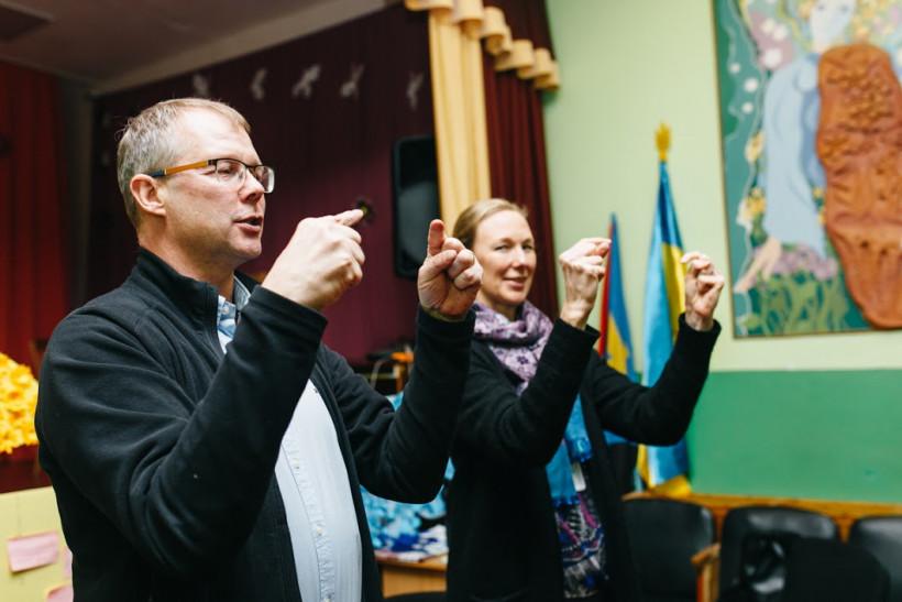 Эса Синивуори и Каису Хелминен в школе Трудолюба