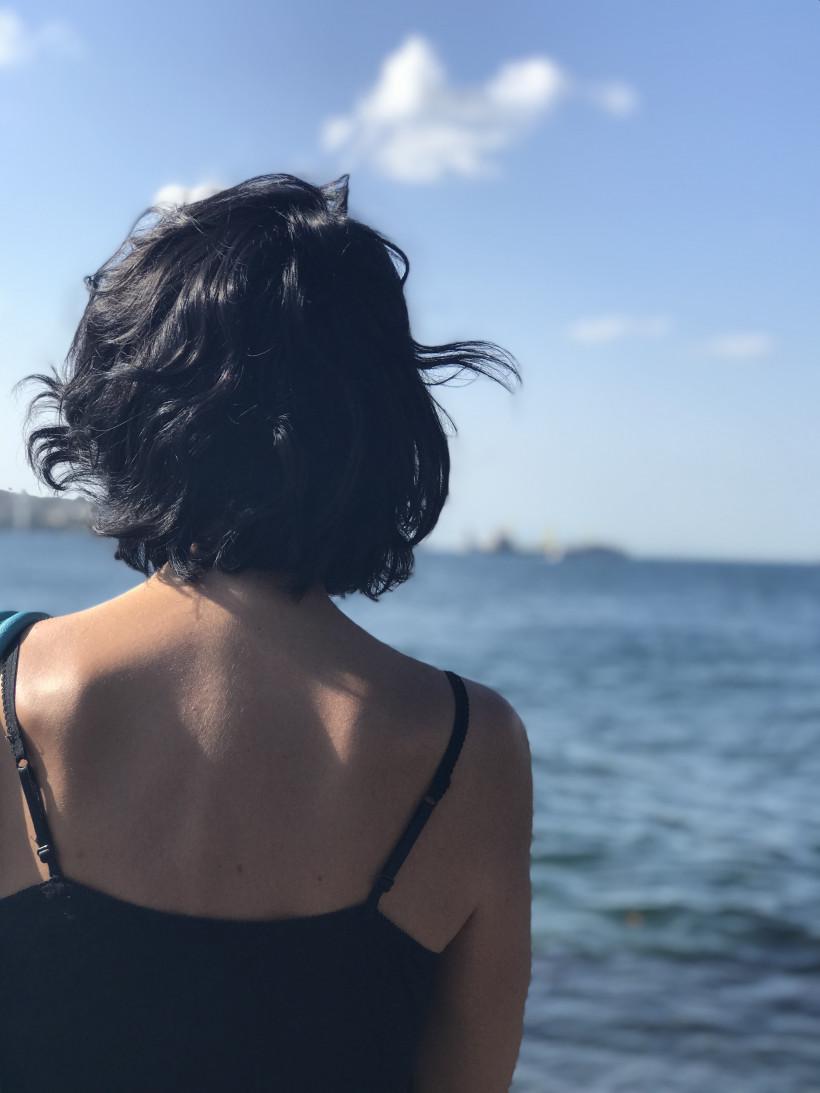 Девушка смотрит на Босфор