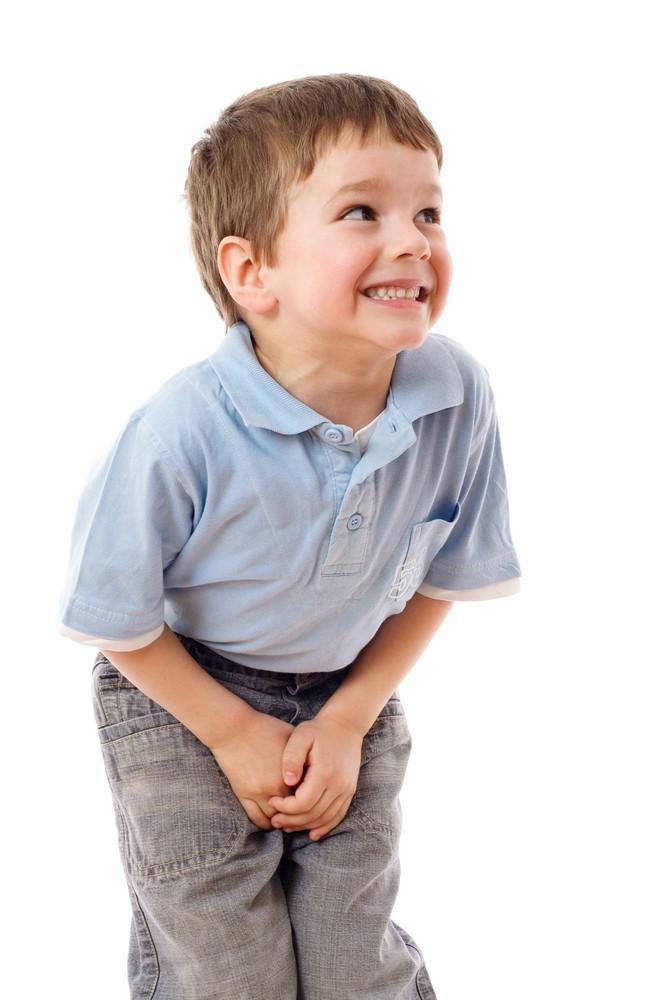 Мальчик хочет в туалет и терпит