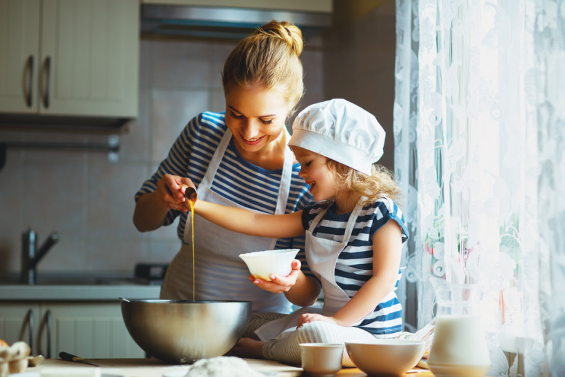 мама с дочкой готовят на кухне