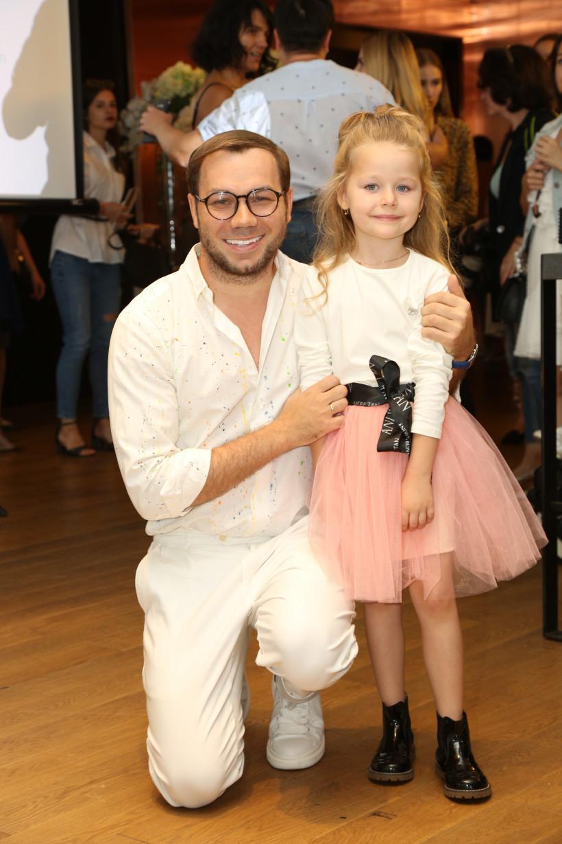 Андре Тан с юной моделью на показе нового бренда детской одежды