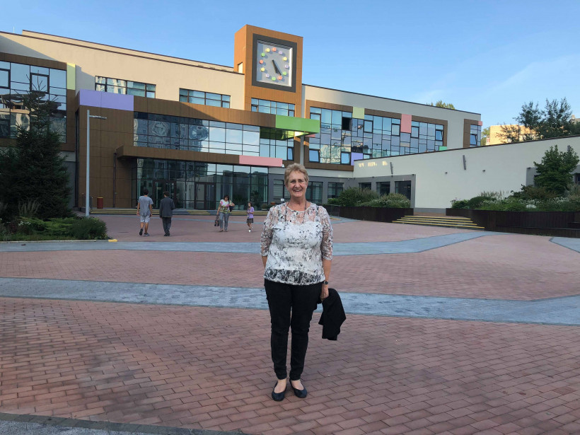 Мардж Браун возле украинской школы